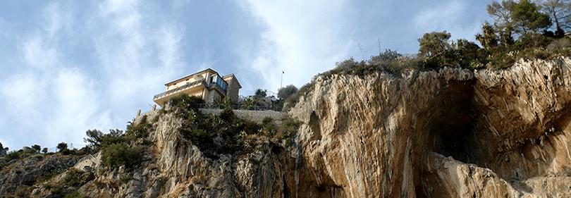 Une vue de grottes de Balzi Rossi en Italie
