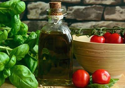 Basilic, huile d'olive et les tomates