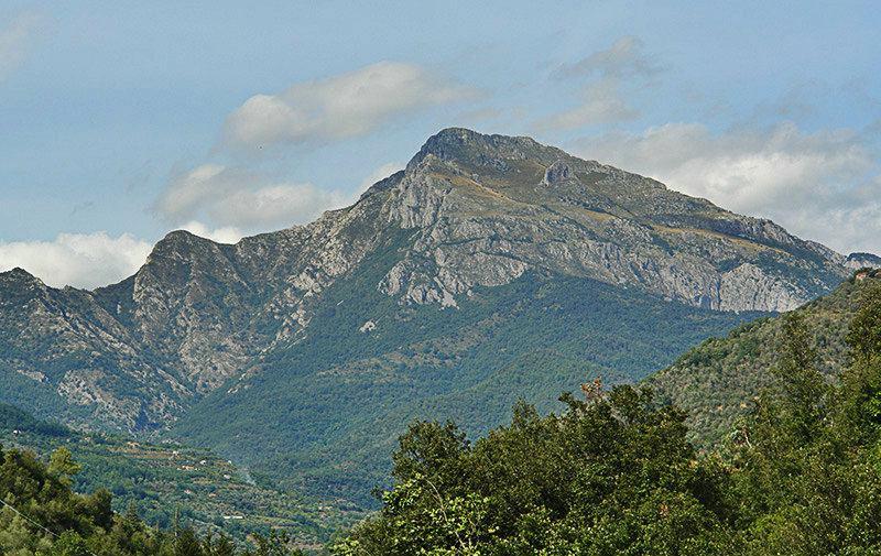 Une vue des montagnes de la ville Pigna