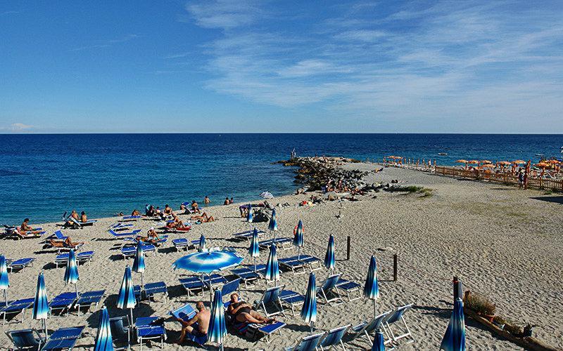 La belle plage de sable de Bergeggi