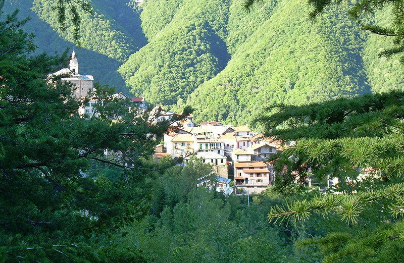 Une vue sur Mendatica en Ligurie