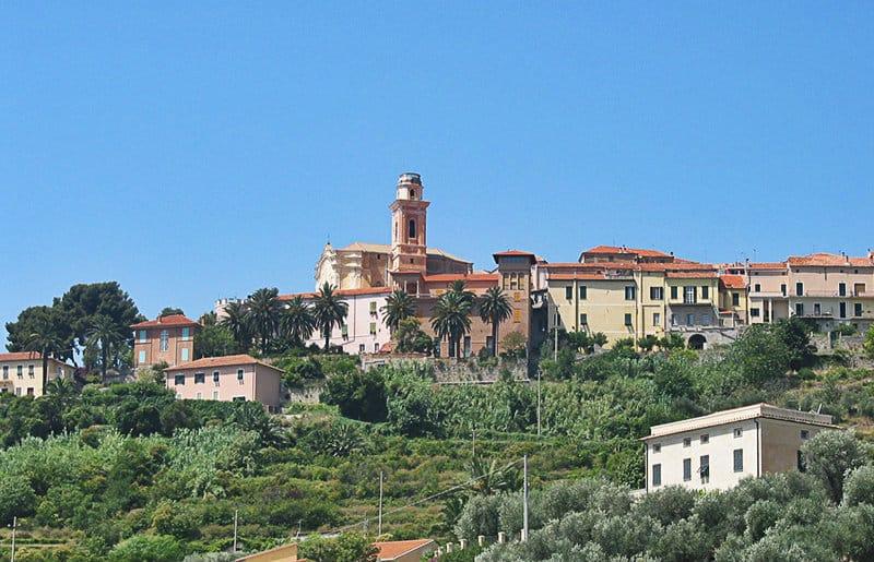 Une belle vue sur la vieille ville de Diano Castello
