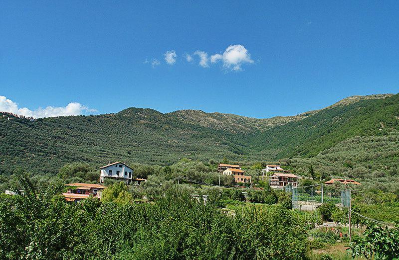 Vue d'un beau village de Gazzelli en Ligurie