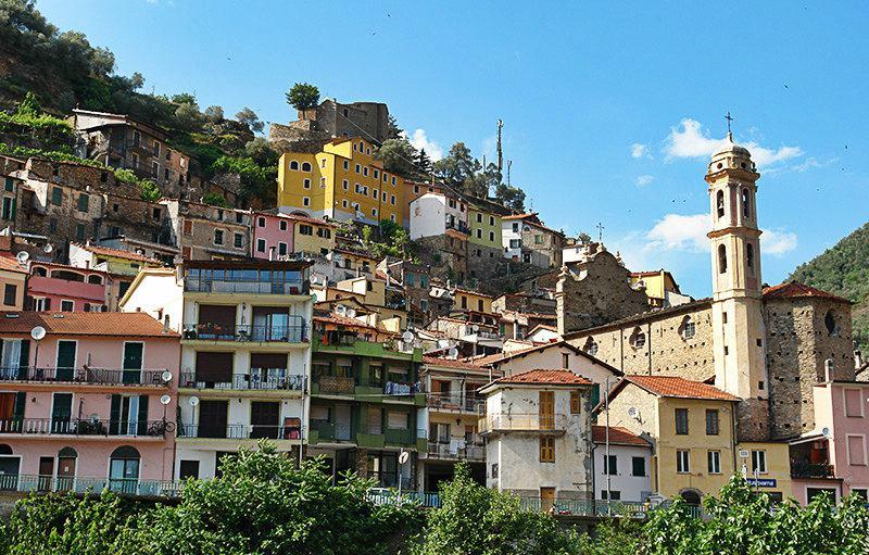 Une belle vue sur les maisons à Badalucco