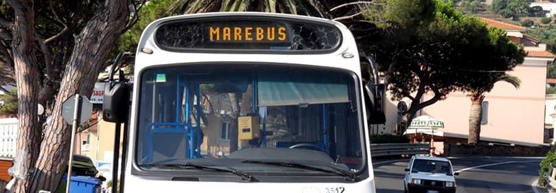 Un bus debout à Diano Marina et d'attente pour les passagers d'aller sur un tour en bus