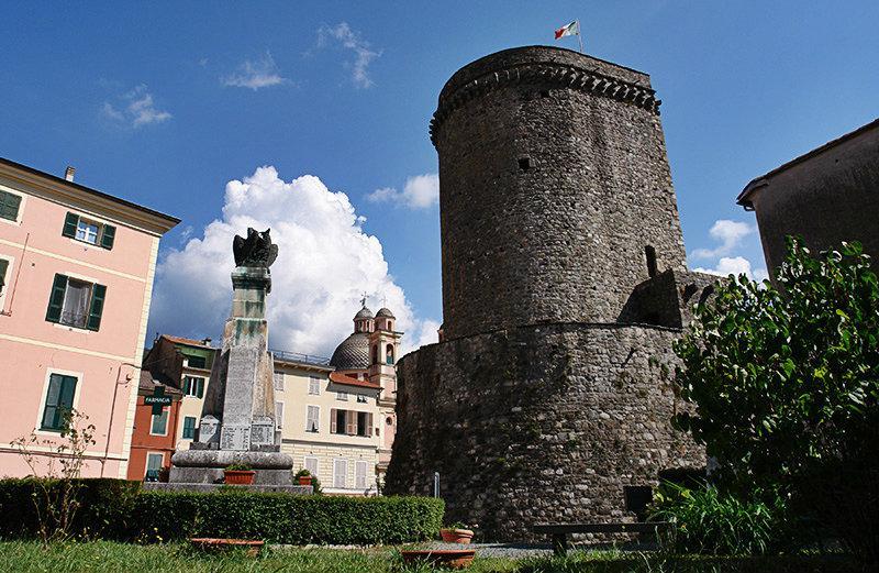 Vue de Castello di Varese Ligure et le centre-ville