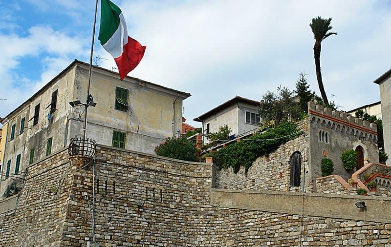 Drapeau italien à Diano Castello