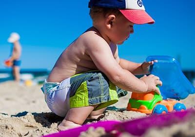 Un enfant joue dans la plage ligurienne