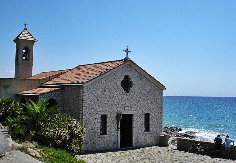 Une petite église à Bordighera directement en bord de mer