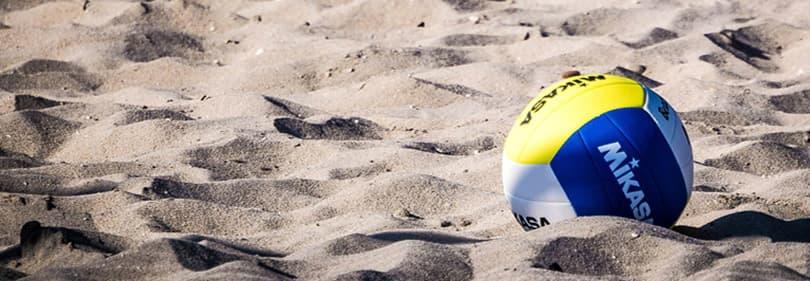 Beach Volleyball à la plage de sable de la Ligurie, Italie