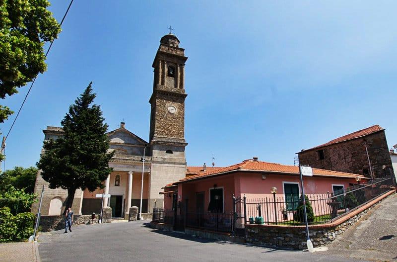 Un centre-ville agréable avec une église de Diano Arentino en Ligurie