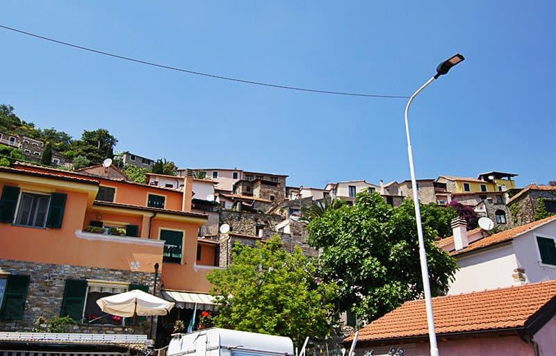 Vue sur les maisons à Diano Arentino