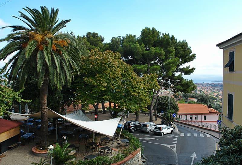 Une vue du centre-ville de Diano Castello