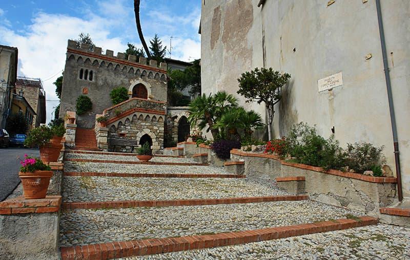 Les escaliers pour aller à une église de Diano Castello