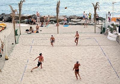 La meilleure plage de sable fin en Ligurie pour jouer au volley-ball