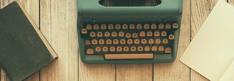 Une machine à écrire sur la table avec des livres nouvellement écrites