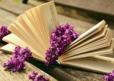 Un livre avec des fleurs fraîches sur le dessus