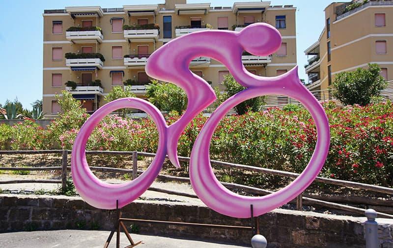 Le symbole du Giro d'Italia, un cycliste rose, à San Lorenzo al Mare