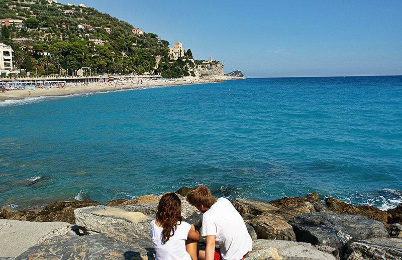Un couple apprécie la vue de Castel Gavone à Finale Ligure