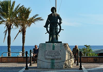 Statue qui honore les pêcheurs à Finale Ligure