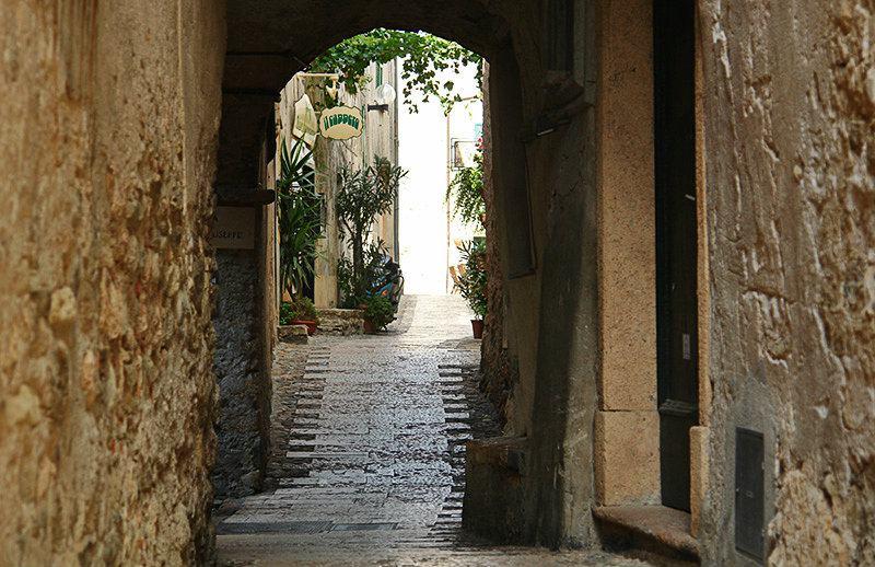 Rue romantique à Borgio Verezzi en Ligurie