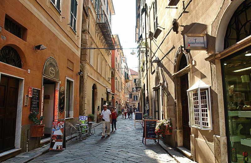 Une rue romantique à Finale Ligure