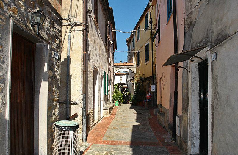 Une rue romantique à Varcavello, Ligurie
