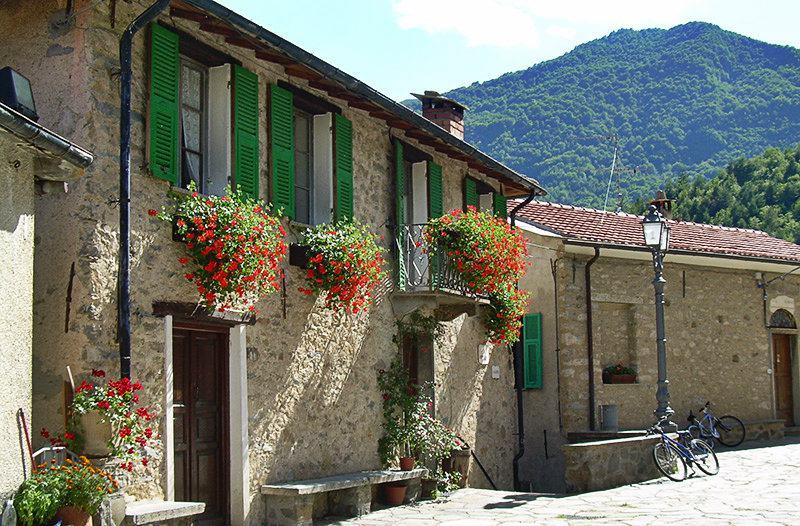 Une rue romantique à Mendatica