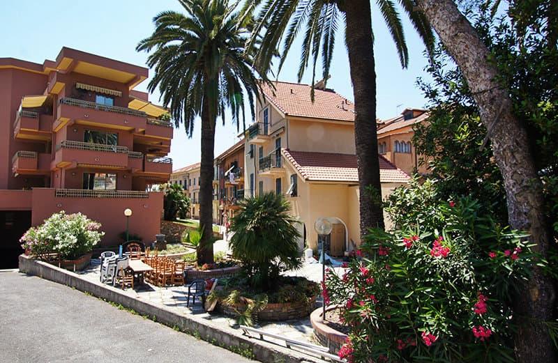 Une rue de San Lorenzo al Mare avec des palmiers