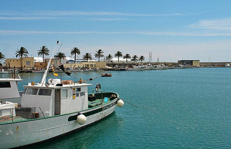 Un bateau de pêche dans un port de Porto Maurizio, Imperia