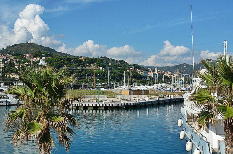 Un beau port d'Imperia, Porto Maurizio avec des palmiers