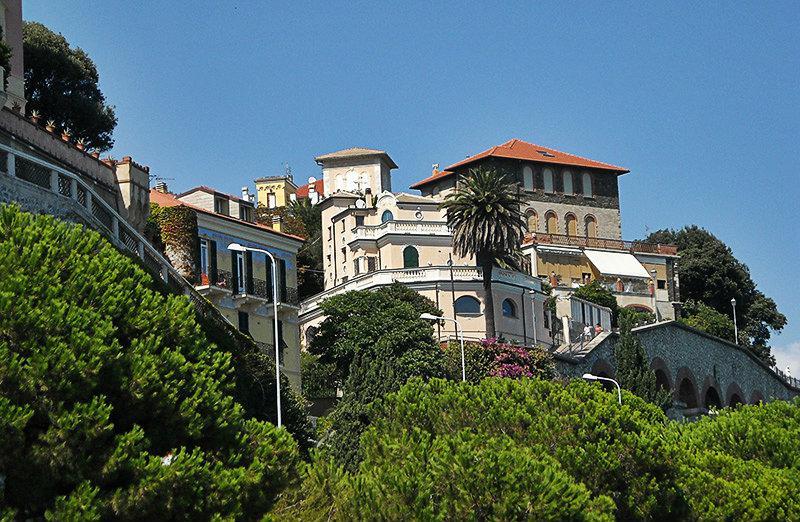 Une belle vue sur les maisons à Celle Ligure