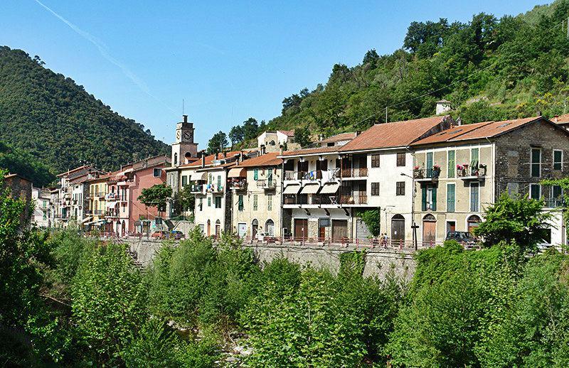 Une belle vue sur les maisons à Isolabona