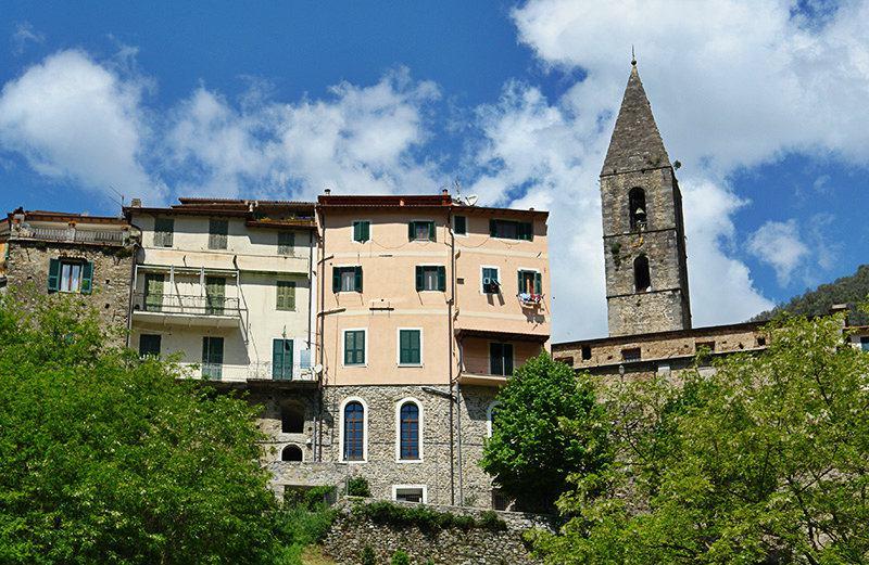 Une belle vue sur les maisons à Pigna