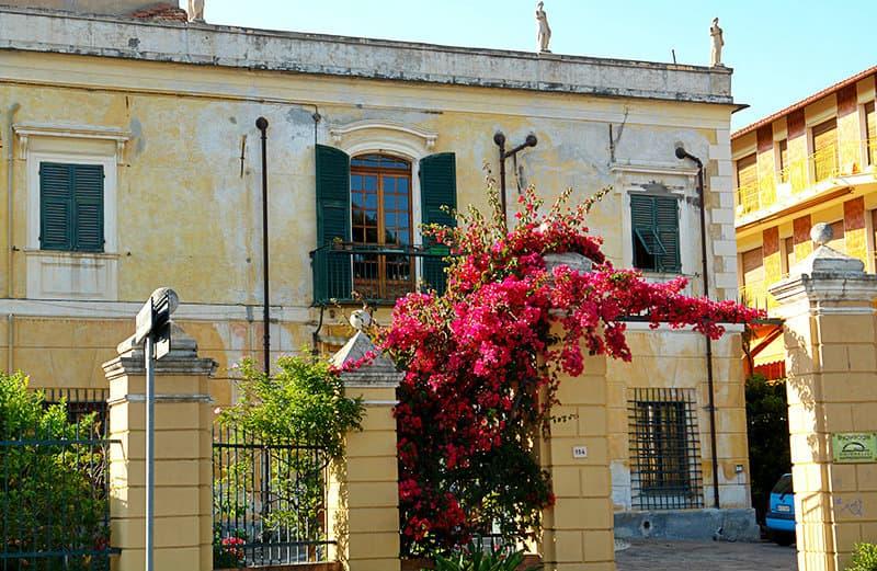 Fleurs à côté d'une maison à San Bartolomeo al Mare