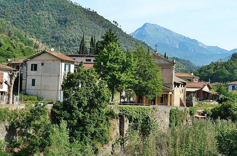 Une vue d'une belle destination de vacances - Isolabona