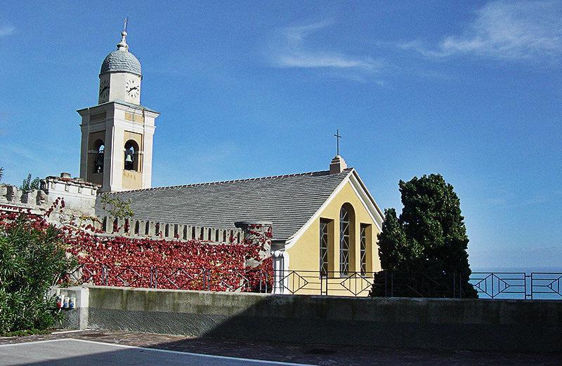 Une belle église de Bergeggi près de la mer