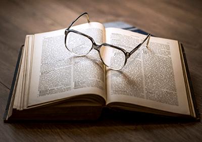 Un livre avec des lunettes sur le dessus