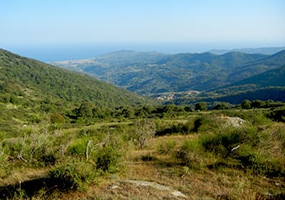 Voir à partir d'une montagne à la mer en Ligurie