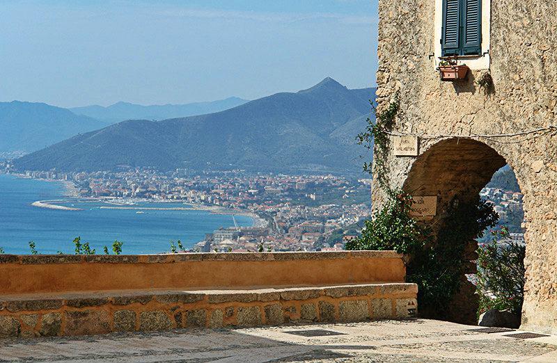 Fantastique vue sur la mer de la Piazza Sant'Agostino à Borgio Verezzi