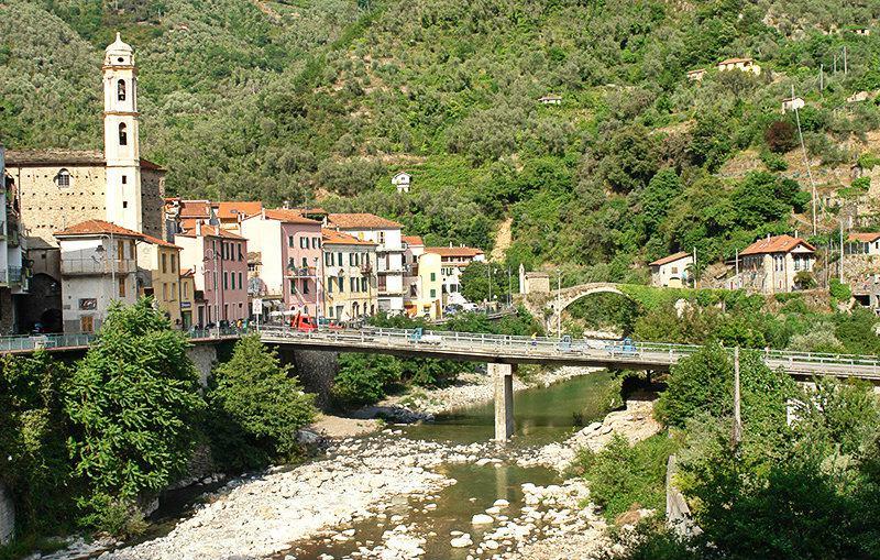 Un pont romantique de Molini di Triora en Vallée de l'Argentine