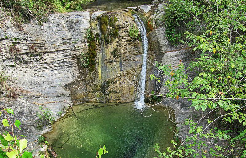 Un lac avec une cascade dans Molini di Triora