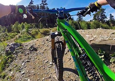 Faire du vélo dans les montagnes de Ligurie avec un vélo de montagne