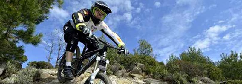 Un homme fait du vélo avec son VTT en Ligurie