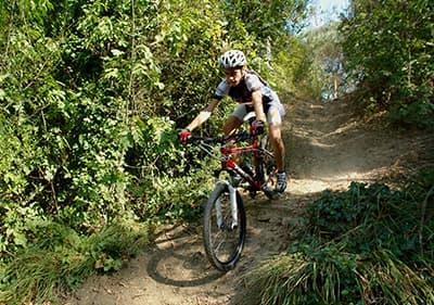 Un homme est monté sur un vélo de montagne à Diano Marina