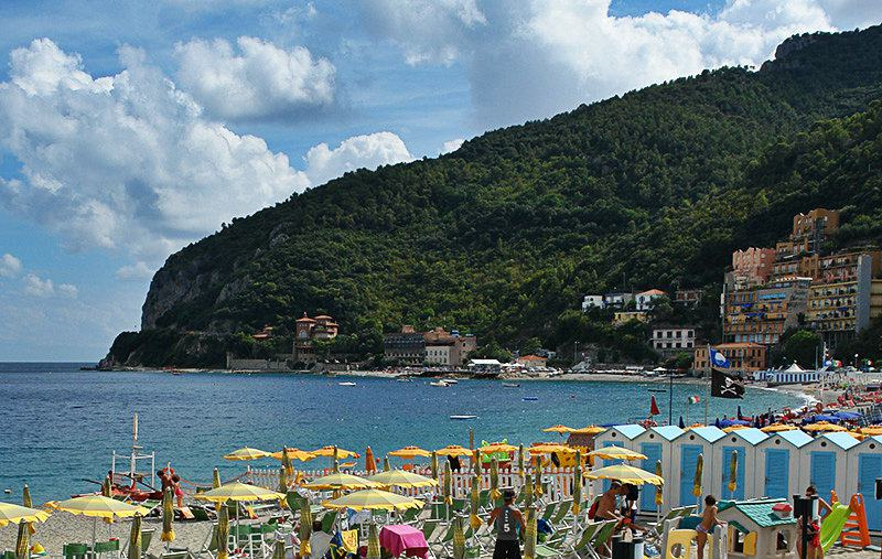 Une grande plage de Noli en Ligurie