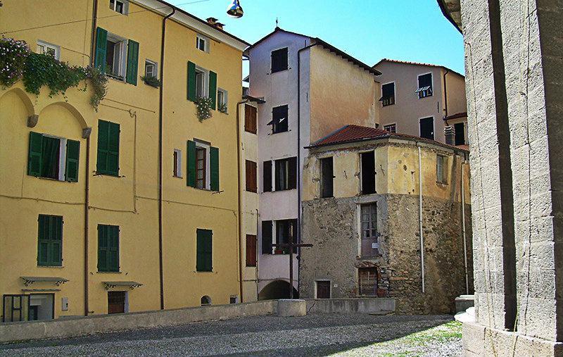 Piazza à Mendatica en Ligurie