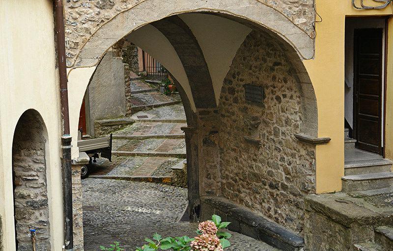 Une rue romantique à Pigna