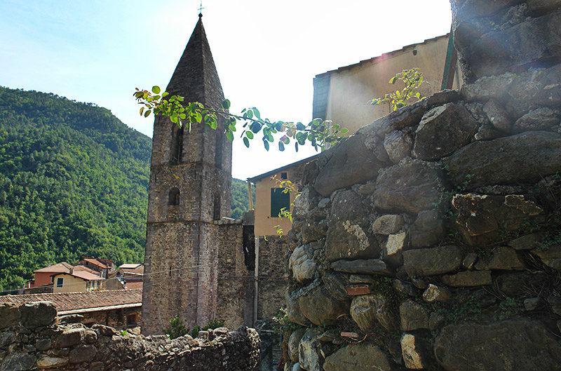 Une vue d'une église à Pigna