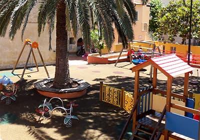 Aire de jeux colorée en Ligurie sous les palmiers